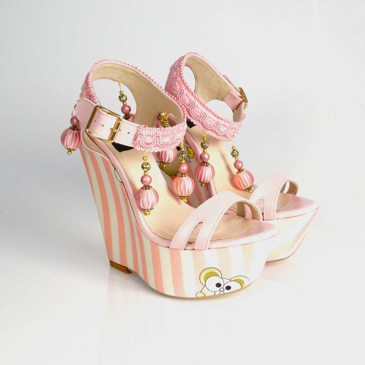 Sandalele de dama Ladybug cu platformă și talpă îmbrăcată în material satinat cu imprimeu vesel, sunt ideale pentru zilele toride de vară. Inaltime toc: 15 cm