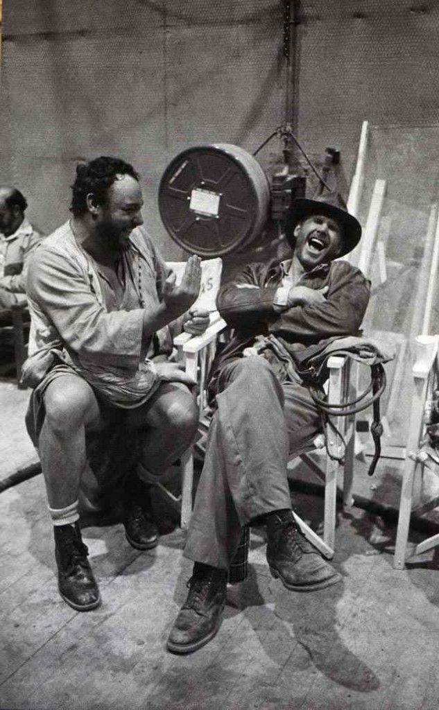 """fotos del rodaje de la saga Indiana Jones John Rhys-Davies y Harrison Ford pasándolo bien durante las esperas en el set de """"El pozo de almas"""""""