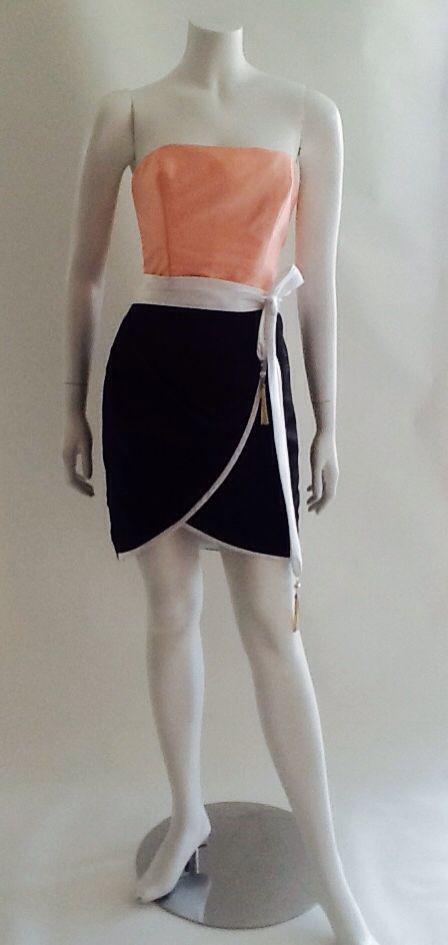 Cuerpo en tafeta de seda en color melón, falda  tulipán, bicolor blanco y negro, complemto cinturón en raso blanco.