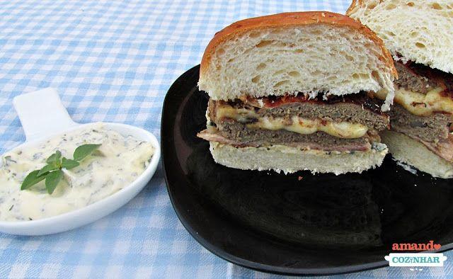 Hambúrguer caseiro recheado e enrolado com bacon  Maionese temperada