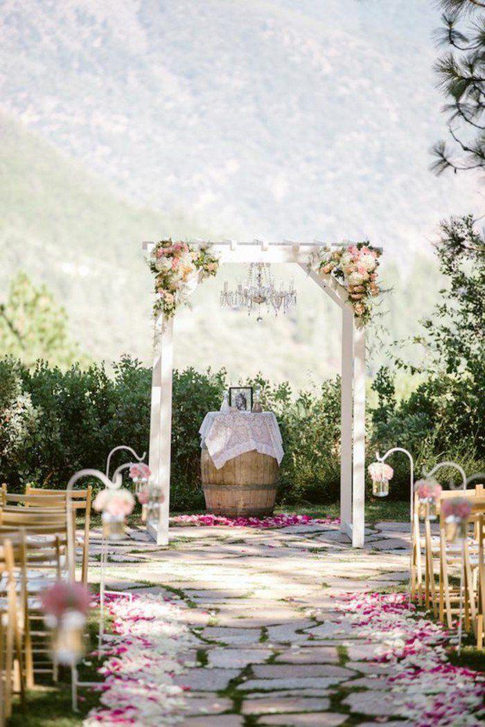 cérémonie de mariage rustique, une simple arche mariage en bois, tonneau en table de mariage