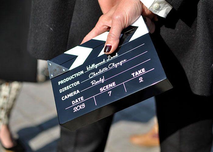 Pros amantes de cinema, tem bolsa até em formato de claquete. Feita em resina, o modelo é da marca sempre criativa Charlotte Olympia