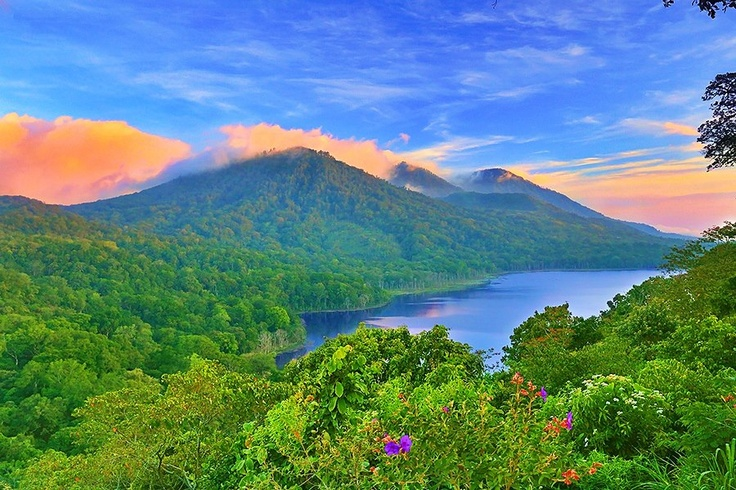 Di Kab. Buleleng, Bali, terdapat sebuah danau bernama Danau Tamblingan yang letaknya di lereng sebelah utara Gunung Lesung.