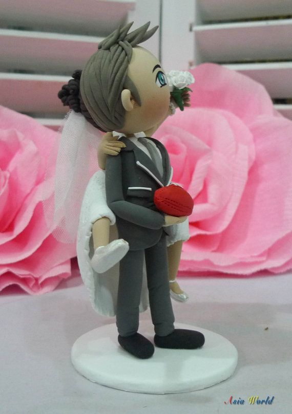 Torta de bodas novios llevan novia en parte posterior sujete
