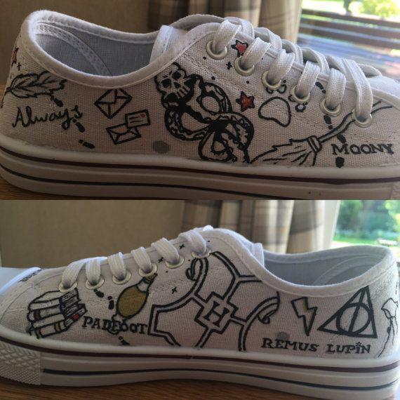 Hand bemalt Harry Potter inspiriert minimalistisch Converse Tiefs. (Inoffizielle) Schuhe haben verschiedene Harry Potter im Zusammenhang mit Bildern auf gemalt, wenn gibt es irgendwelche speziellen senden sie entlang Zitate/Zauber/Charakter-Namen, die Sie, einfach auf den Schuhen anstelle der in den Bildern möchten in einer Nachricht wenn Sie die Schuhe bestellen. Jedes Paar Schuhe ist auf Bestellung, so deshalb leicht von der Abbildung abweichen kann. die Schuhe, die in der Abbild...