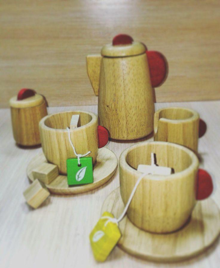 Чудесный деревянный чайный сервис для девочек Plan Toys (План Тойс)  Деревянные сюжетно-ролевые игры кухня, магазин, уборка обязательно должны быть у каждой девочки, это приучает их к будущей роли мамы и хозяйки в доме. С полным ассортиментом вы можете ознакомиться на сайте www.oxibox.ru