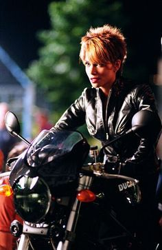 halle berry hair cut from catwoman | Halle Berry