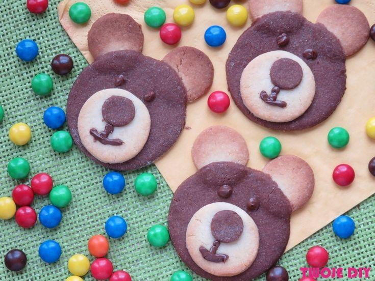 Mam dla Was bombowy przepis na ciastka, a przy okazji pokażę Wam jak fajnie z ciasta wykonać buźki miśków. Do pracy przy pieczeniu ciastek koniecznie zatrudnijcie dzieci. Będą miały frajdę przy wycinaniu kółek i układaniu je w słodkie misie. Pomysł przyda się Wam przy organizacji dziecięcy imprez. Kiedy je wyłożycie na stół, to szybko znikną. [...]