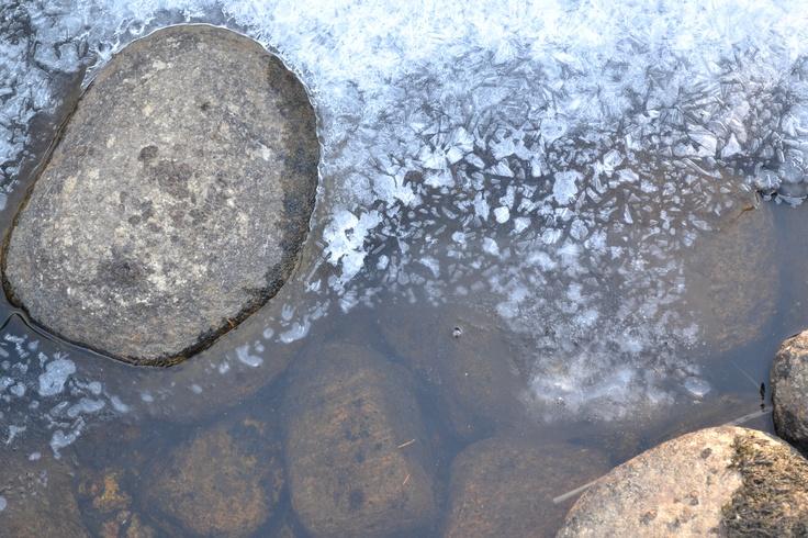 Bilde fra Figgjoelva, vinteren er i ferd med å slippe taket.