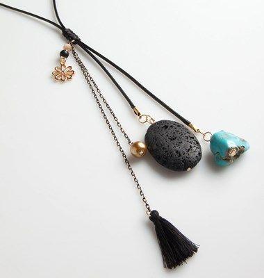 Μακρύ+κολιέ+με+λουράκια+και+κρεμαστές+λεπτομέρειες,+ημιπολύτιμη+πέτρα+και+μεταλλικές+χάντρες