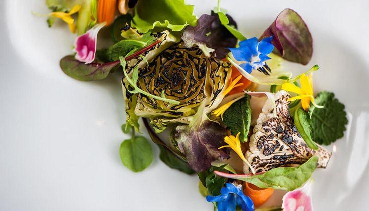 Η Θάλεια Τσιχλάκη παρατηρεί μια νέα μαγειρική τάση, που διαφαίνεται στο fine dining κι αναρωτιέται…
