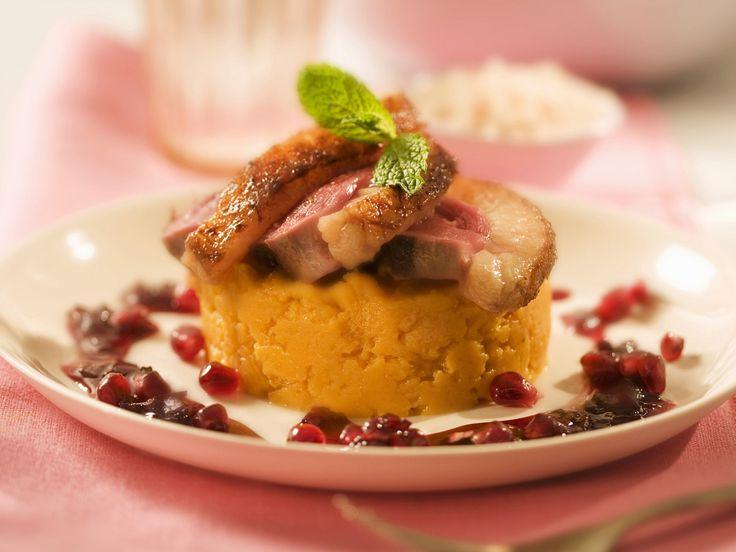 Durch einer süßen Note wird dieses Gericht ein Highlight! Entenbrust mit Süßkartoffelbrei und Granatapfel - smarter - Zeit: 45 Min. | eatsmarter.de
