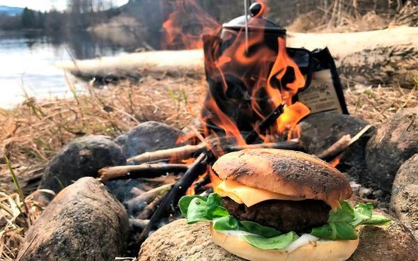 Bag dine burgerboller selv. Det er den største opgradering af din burger med undtagelse af bøffen, som naturligvis laves på grill eller bål.