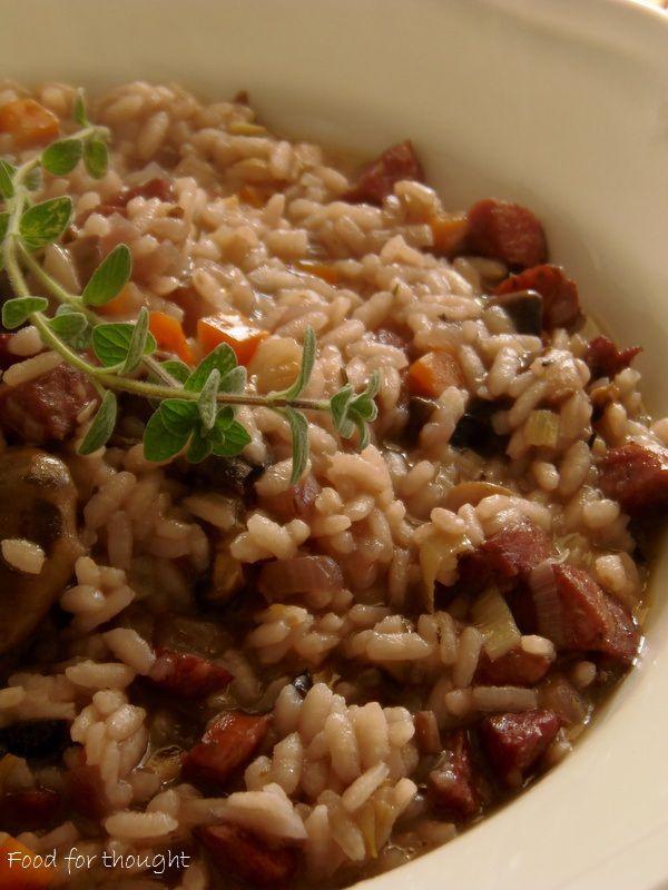 Ριζότο με χωριάτικο λουκάνικο και λαχανικά.  http://laxtaristessyntages.blogspot.gr/2015/02/rizoto-me-xoriatiko-loukaniko-kai-laxanika.html