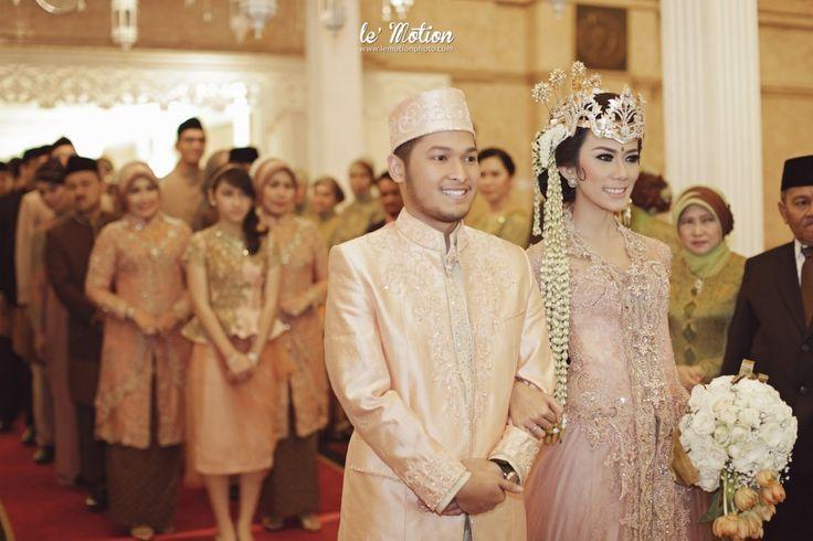 Modern Sundanese Wedding of Hallida and Gusti at Balai Sudirman, Jakarta. Kebaya from Ferry Sunarto and siger from Sanggar Ekayana - www.thebrideedpt.com