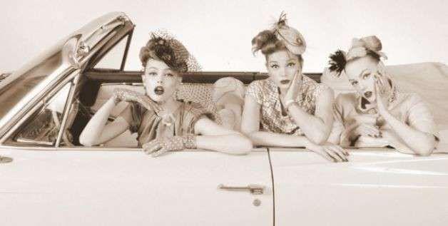 Moda anni 50, vestiti, accessori e make up - La moda anni 50 ispira ancora oggi molti stilisti e lo farà ancora per molti anni. In fondo le tendenze tornano e ritornano e ogni volta che accade queste sono rivisitate e attualizzate. Pois, gonne a ruota, tagli bon ton, ma anche acconciature morbide, eyeliner obbligatoria e labbra rosse.