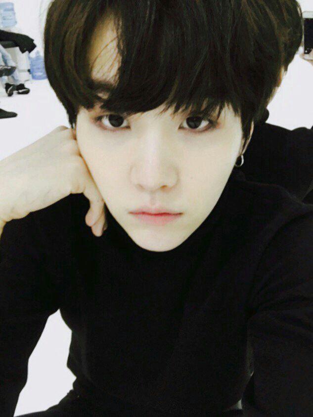 PUTA QUE PARIU ME AJUDE PARECE PORCELANA DE TÃO PERFEITO alguém me casa com Min Yoongi...;-;