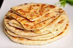 Kefírové placky plněné sýrem a česnekem