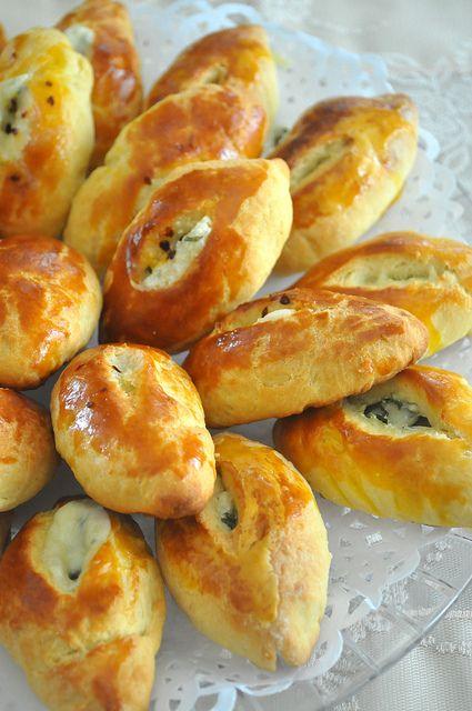 Sonbahar Çay Sofrası  için hazırladığım Peynirli Pidecikler, ertesi güne neredeyse hiç kalmadan aynı gün yenilip tükendi.Ilıkken yendiği...