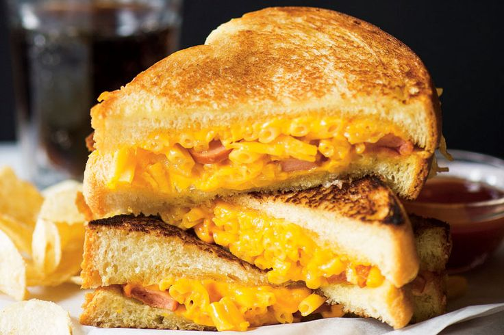 Grilled-cheese aux macaronis au fromage #recettesduqc #repas #fromage comfortfood