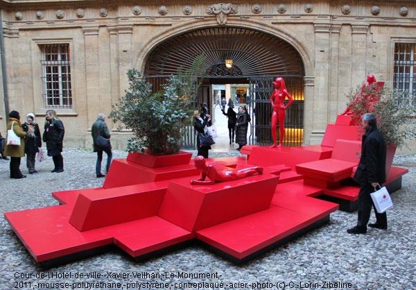 Un pièce rouge vive qui attire l'oeil des touristes ou des aixois, en plein coeur de la Mairie.