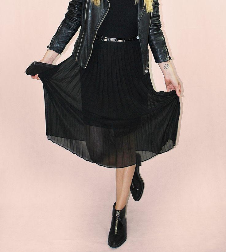 Das Plissée-Kleid #plissee #dress #leatherjacket #leather #black #casual #casualicious #fashion #fashionista #fashiongermany #hamburg #germany #fashionlover