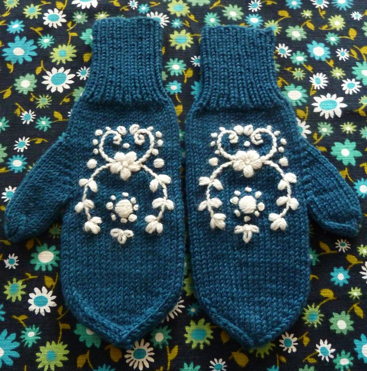 Knitted mittens with embroidery - made by www.bonthuishouden.nl