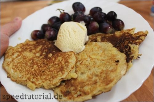 This banana-pancakes are delicious!!!  http://speedtutorial.de/2012/08/bananenpfannkuchen/