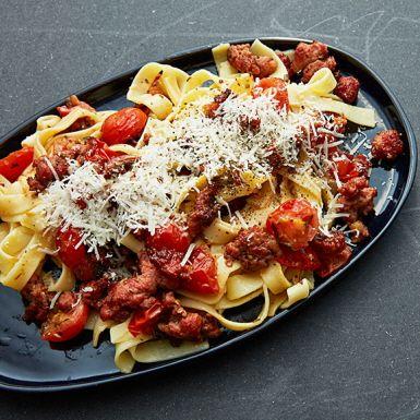Pasta carbonara är en italiensk klassiker som är lätt att laga. Byt spagetti mot tagliatelle, bacon mot färsk salsiccia och tillsätt körsbärstomater för en lyxig vardagsrätt – eller snabblagad helgmiddag. Välj en vällagrad ost, det förhöjer smaken.