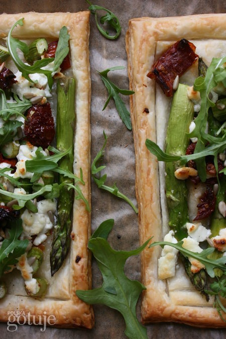 Tarta na cieście francuskim, ze szparagami i kozim serem
