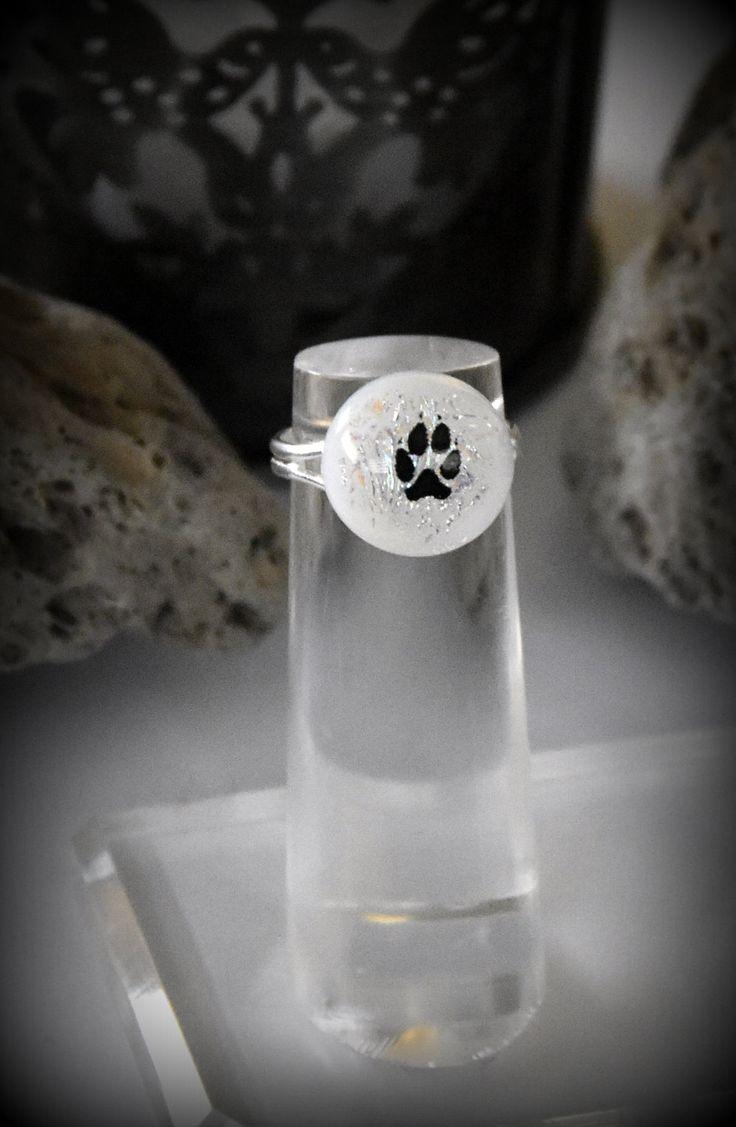 Dichroic verstelbare ring met decal hondenpootje / glasjuweel / wit door Evacreajewel op Etsy