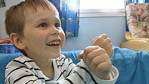Jos lapsen puheen kehitys kangertelee, apuun voivat tulla tukiviittomat. Tukiviitottu puhe on kokonaisvaltaista viestintää, jossa puhetta täydentävät viittomakielestä lainatut viittomat sekä muuten ilmeikäs olemuskieli. Puheen kehityksen ongelmiin tulisi puuttua mahdollisimman varhain. Muhoslaiselle 5,5-vuotiaalle Samu Väänäselle tukiviittomat avasivat puheen solmut. Nyt puhe pulppuaa jo verraten vuolaana, mutta pojan ollessa kolmevuotias käytössä oli vain noin kymmenen ymmärrettävää sanaa.