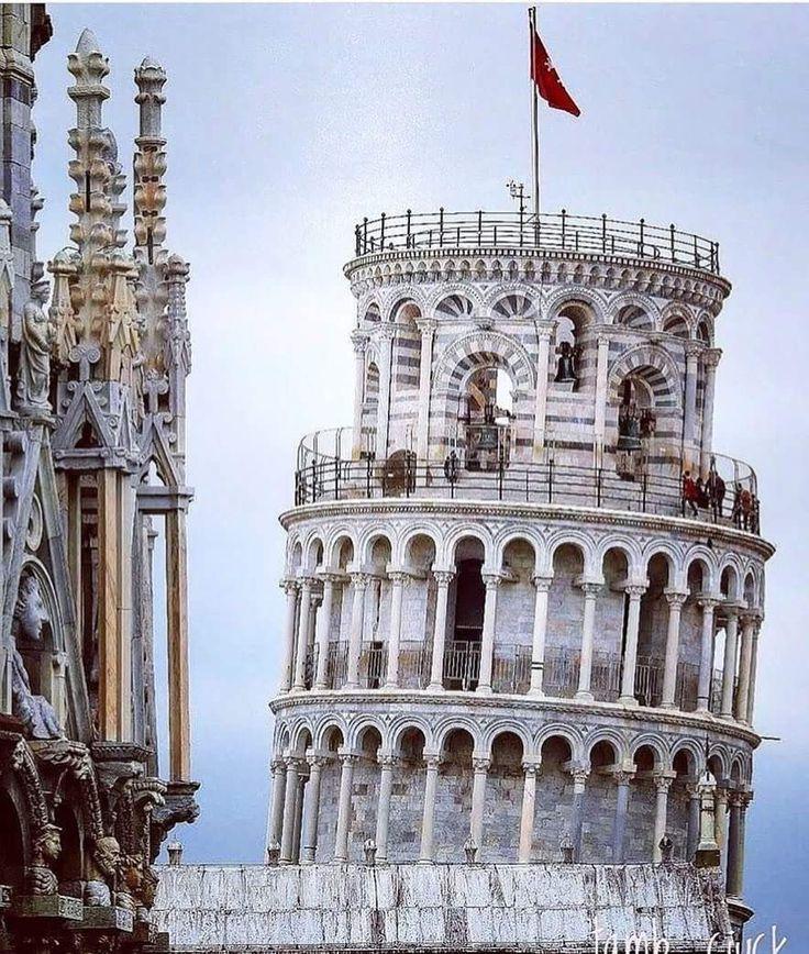 📷 @ciuchino45 📍Pisa Quando si nomina Pisa si pensa subito alla famosa Torre Pendente.....monumento che ha assunto importanza nei secoli per via della sua accentuata pendenza che ha fatto preoccupare e allo stesso tempo, ha attratto la curiosità di numerosi esperti e di semplici turisti. Posta su un terreno argilloso e sabbioso, sembra cominciò ad inclinarsi fin dall'edificazione del terzo piano tanto che si dovettero sospendere i lavori per poi riprenderli anni dopo, costruendo i piani…