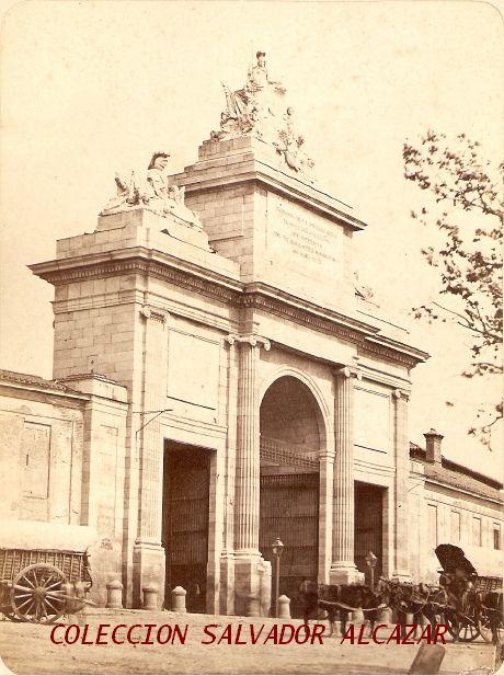 PUERTA DE TOLEDO DE MADRID QUE NO ES LA DE ALCALÁ!!!! SON MUY SEMEJANTES ENTRE ELLAS!!! FRISA EL AÑO DE NUESTRO SEÑOR JESUCRISTO DE 1865