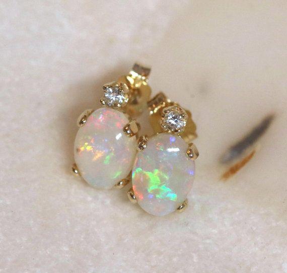 14K geel gouden Australische Opal Earrings Stud Earrings with Diamonds  Deze echte Australische opaal meten 8 x 6 mm die elk, met Multicolor knippert - roze, rood, oranje, goud, groen, blauw. Dit zijn uitzonderlijke opalen met Bright kleuren. De kleuren zijn vooral leuk omdat de flitsen groot zijn, waardoor ze gemakkelijker te zien. U kunt zien dat een van de opalen een kleine stip van de Brown - een integratie - op het oppervlak heeft. In het echte leven is dit lang niet zo overdreven…
