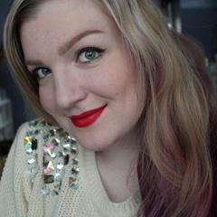 Beautyblogster Vera Camilla gaat deze lente voor een frisse en vurig rode make-up look. Een knalrode lipstick die lekker lang blijft zitten, glanzende accenten voor op de ogen en subtiel gebronsde wangen. Perfect voor een chique gelegenheid en…gemaakt met uitsluitend budgetproof producten.