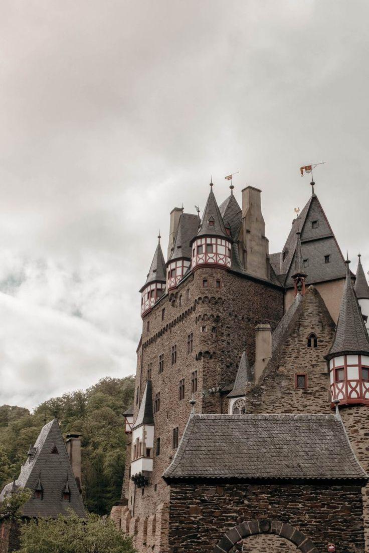 Burg Eltz In Rheinland Pfalz Deutschland Von Der Seite Burg Reisen Deutschland Ausflug