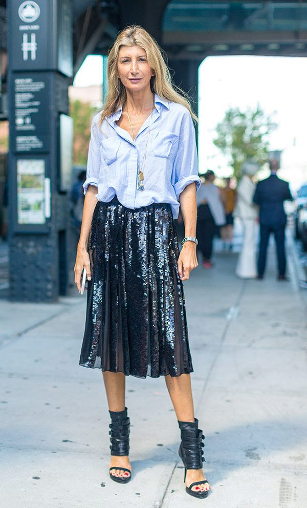 Street style look with dress shirt and skirt midi sequins.