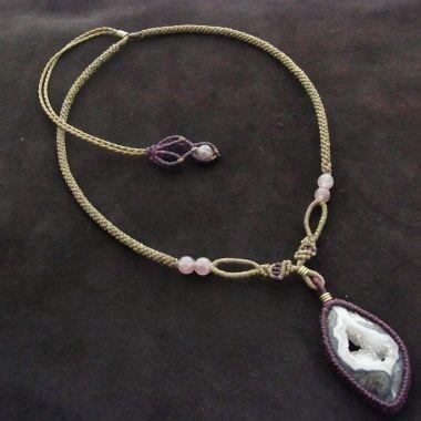 石サイズ 3.7cm×2.2cm(最長部分)長さ 39.0~64.0cm(スライド調節式)装飾 レピドクロサイト、真鍮サーモンピンクの結晶部分がとても美しい、メキシコ チワワ産ドゥルージーアゲートを使用したネックレスです。