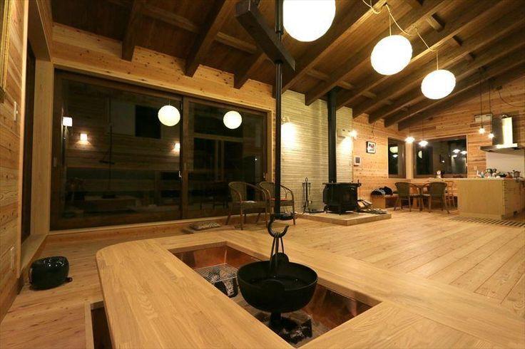 リビングダイニング事例:テーブル形の囲炉裏(薪ストーブのある別荘)
