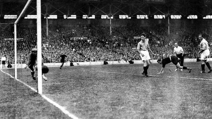 Quarter-final,Silvio Piola (3rd from right, stumbling) scores Italy's third goal against France,Italia vs France 3-1