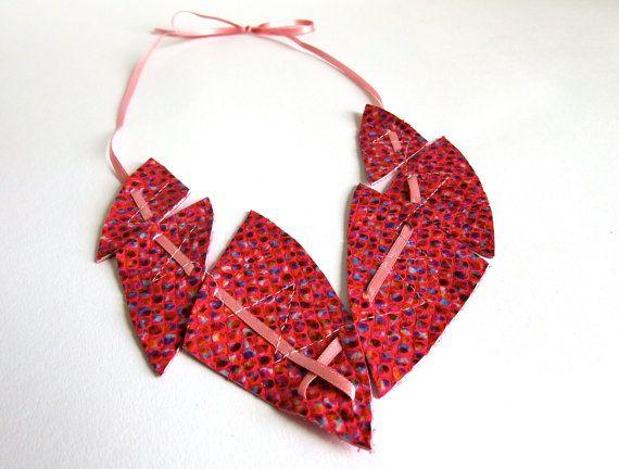 Leder Halskette, pink mit bunten Punkten, mit roséfarbenem Satinband, Lederschmuck, Statement Kette