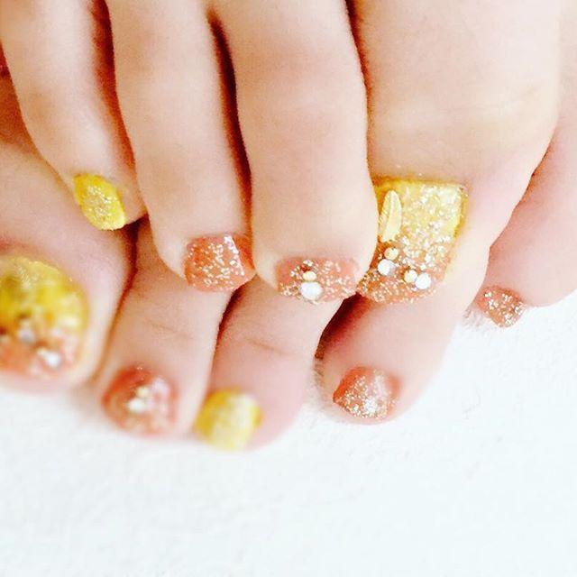 連投すいません🙇♀️🙇♀️ . ネイル変えた〜〜 自己採点70点!(高いくらい) 手の癖があるけどうしても左足が 色はみ出す😥 でも頑張った方、やっぱり自分を褒める😜💕笑 . カラーはEMODAの黄色とオレンジのグラデーション ゴールドラメ重ねてフェザーパーツ! セリアのネイルパーツシールのボヘミアン💓 これバラバラなんだけど 組み合わせて使った☺🙌 . #fashion#ファッション#プチプラ#プチプラネイル#EMODA #セリア#seria#ペディキュア#マニキュア#フットネイル#セルフネイル#キラキラ#summer#サマーネイル#夏ネイル#ボヘミアン#グラデーション #フェザー#不器用#nail#instagood#instafashion#instapic