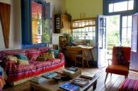 Avec ses multiples  fenêtres et portes-fenêtres, le salon est ouvert sur l'extérieur. Il forme  cependant un espace propice au cocooning, avec ses canapés et fauteuils