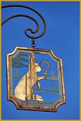 Photo de l'enseigne du XXe siècle de la Maison au Lièvre, réaliséé par le ferronnier Edgar Ludmman, 40 Grand'Rue, dans le coeur de la vieille ville de Colmar. Photos des enseignes d'Alsace, visite de Colmar, photos de la Grand'Rue à Colmar.