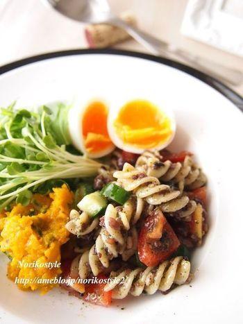 「フジッリ」に大葉ごまソースをたっぷり絡めたパスタサラダ。和風ジェノベーゼの感覚で、雑穀も野菜も一緒に頂けます。