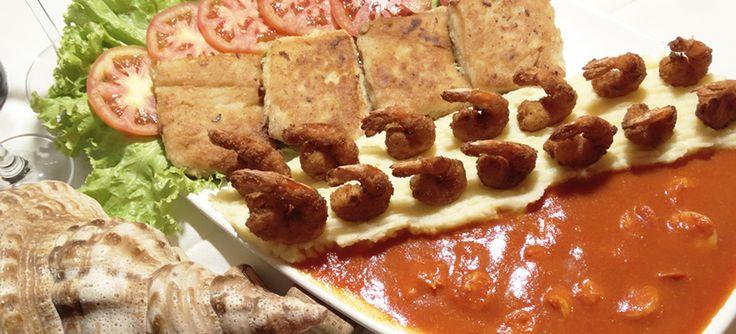 O delicioso filé de peixe grelhado com molho de camarão e camarão empanado do Badejo é um dos pratos mais pedidos da casa. Confira a receita | BH Mulher