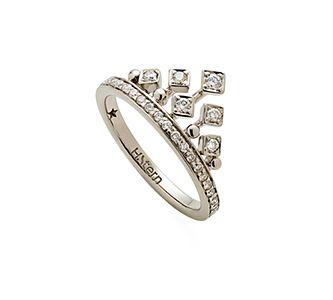 Anel de Ouro Nobre 18K com diamantes cognac - Coleção Jogo de Cartas  Modelo: A1B202412 Metal: Ouro Nobre 18K Pedra: Diamante R$ 6.030 em até 10X de R$ 603,00 Pagamento à vista (10% de desconto)