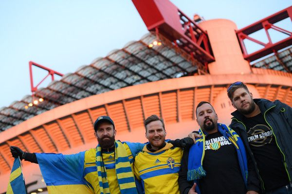 Sweden's supporters pose outside the San Siro Stadium before the FIFA World Cup 2018 qualification football match between Italy and Sweden, on November 13, 2017 in Milan. / AFP PHOTO / MARCO BERTORELLO