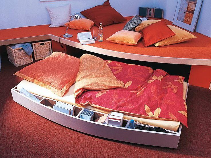 Un letto a scomparsa che di giorno sparisce sotto la sopraelevazione del pavimento; di notte ingombra lo spazio al centro della stanza. Come costruirlo.